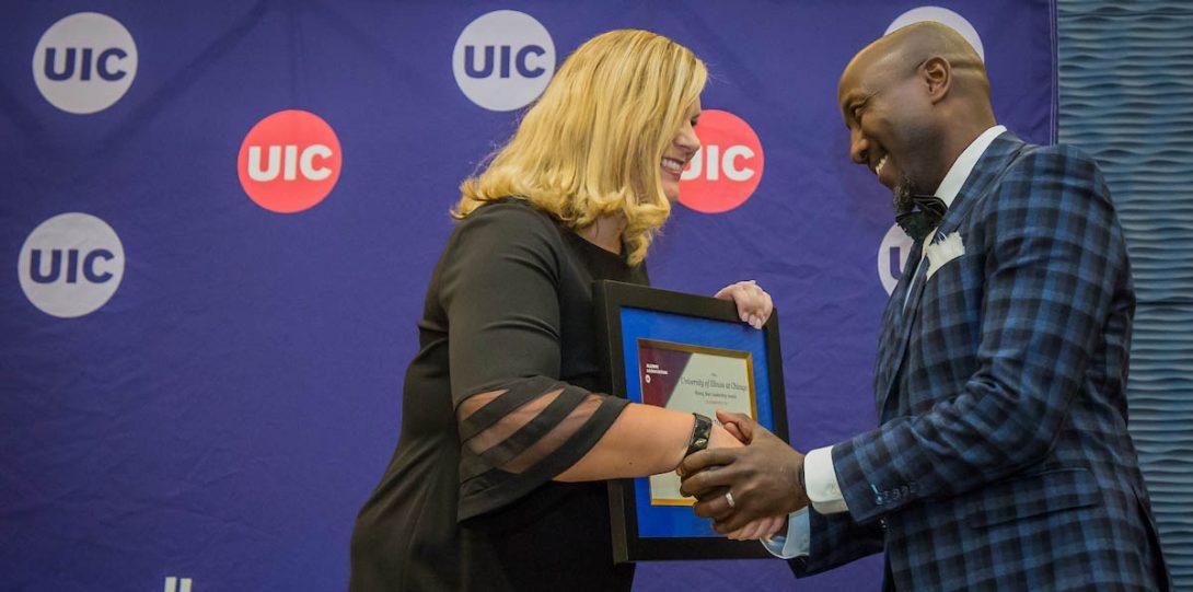 Caryn Schultz Korman presents an award at the 2019 UIC Alumni Award Celebration
