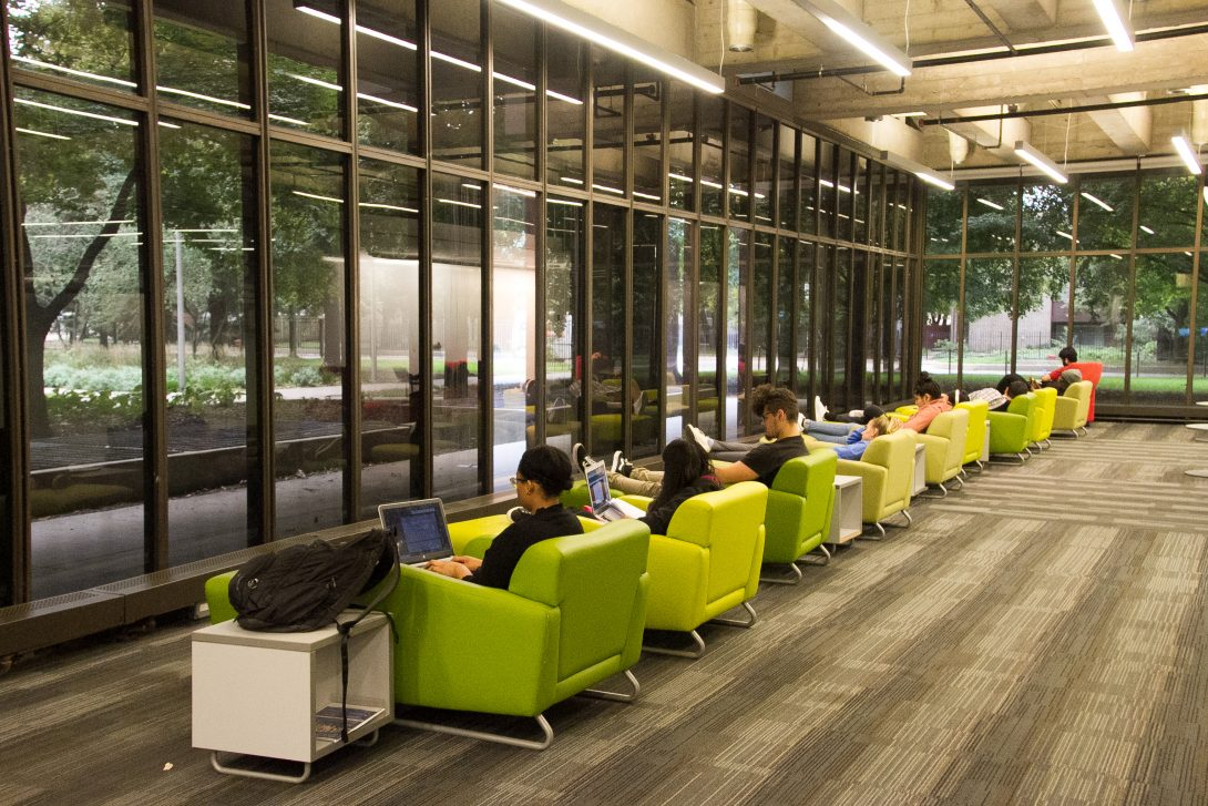 Students in UIC's Richard J. Daley Library